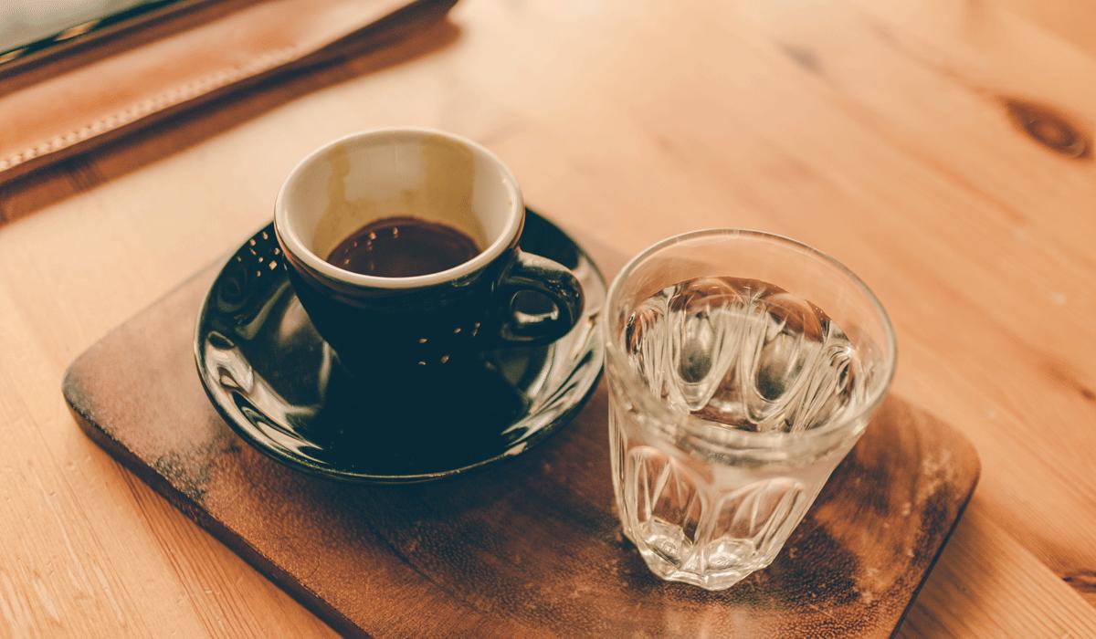 Das Glas Wasser zu dem Kaffee